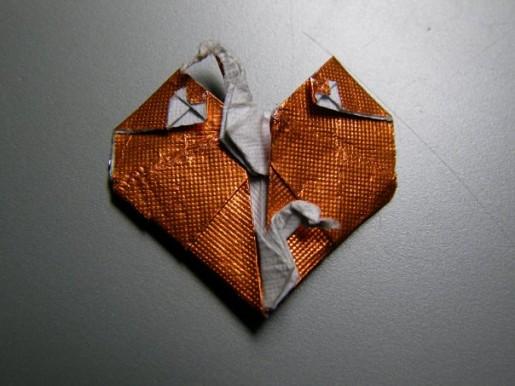 Оригами сердце с журавлем из бумаги золотого цвета
