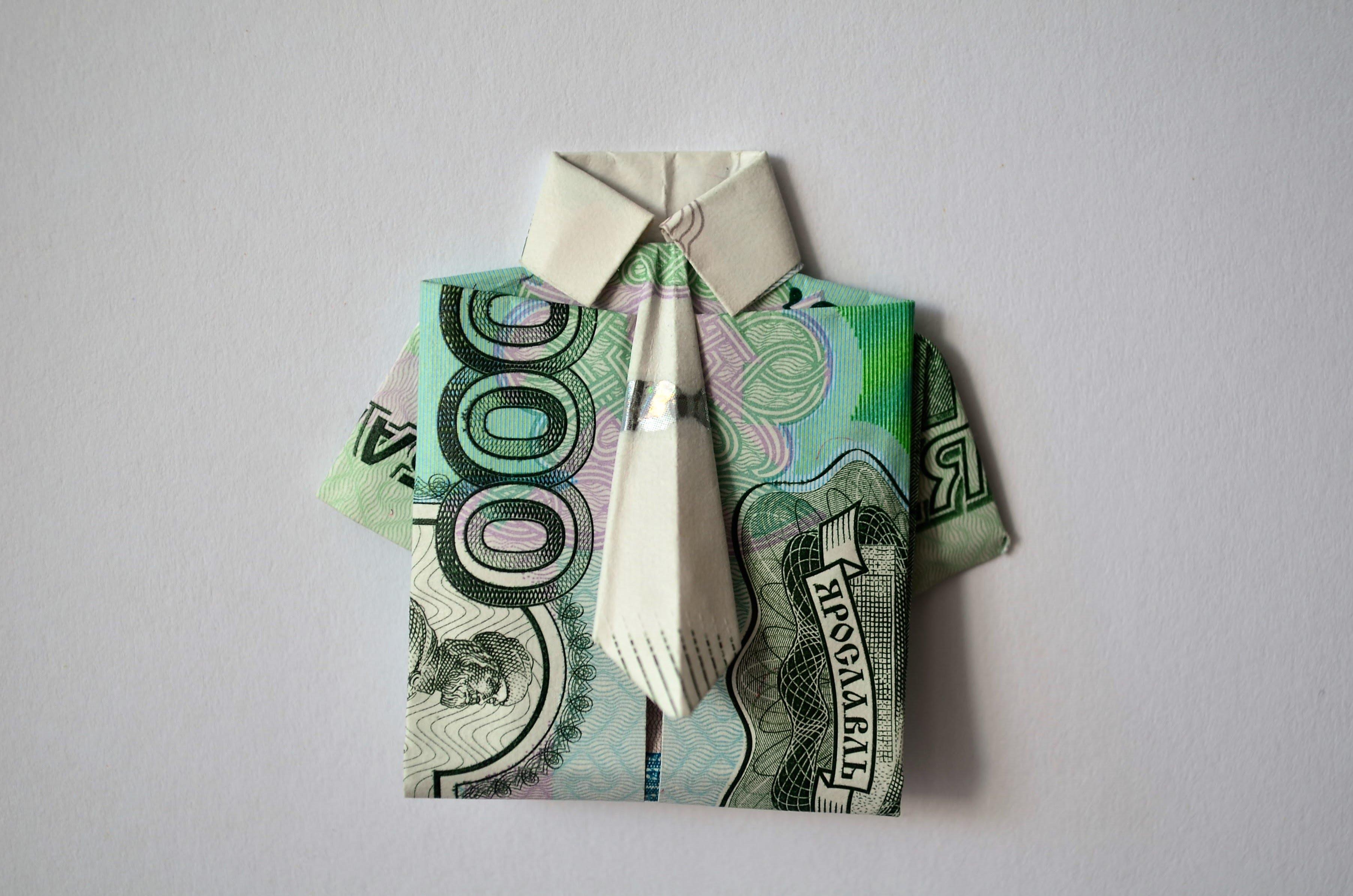 Оригами рубашка с галстуком из денег