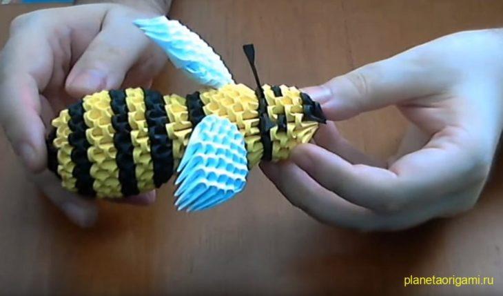 Оригами пчела из треугольных модулей