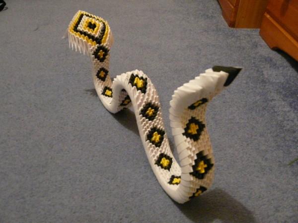 Змея, выполненная в технике модульного оригами