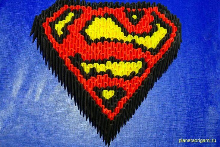 Оригами 3D-логотип Супермена из треугольных модулей