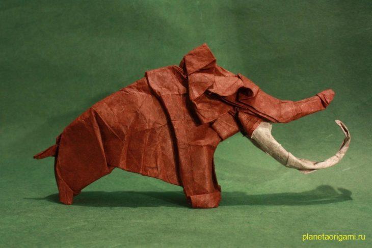 Оригами мамонт по схеме Сатоши Камия (Satoshi Kamiya) из бумаги кирпичного цвета