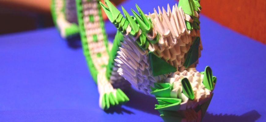 Оригами китайский дракон из треугольных модулей белого и зеленого цветов