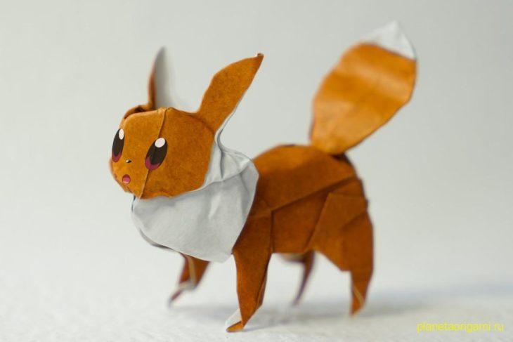 Оригами покемон Иви из бумаги кирпично-белого цвета