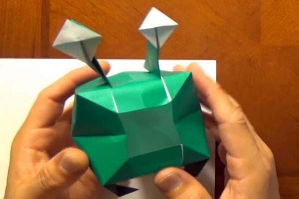 Оригами Баливог из бумаги зеленого и белого цветов