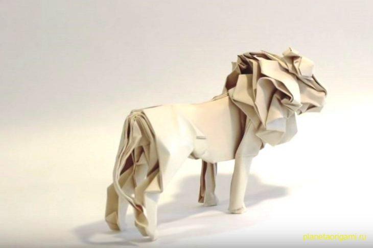 Лев оригами из бумаги белого цвета