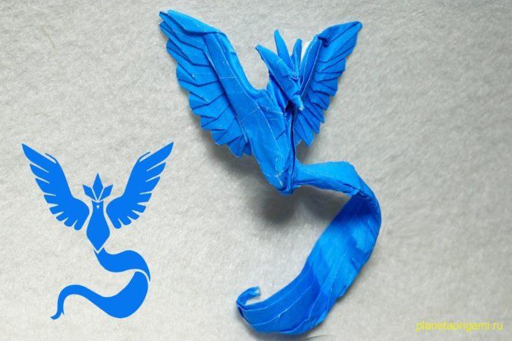 Оригами покемон Артикуно из бумаги синего цвета