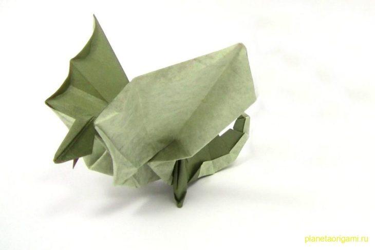 Оригами василиск из зеленой бумаги