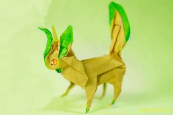 Оригами покемон Лифеон из желто-зеленой бумаги