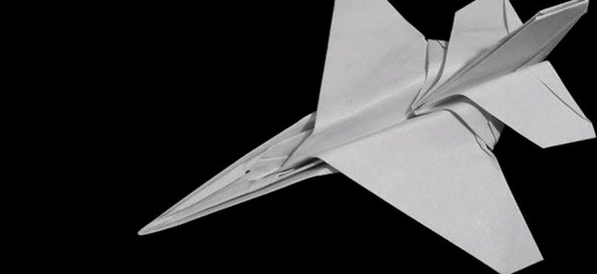 Оригами модель истребителя F-16 из белой бумаги